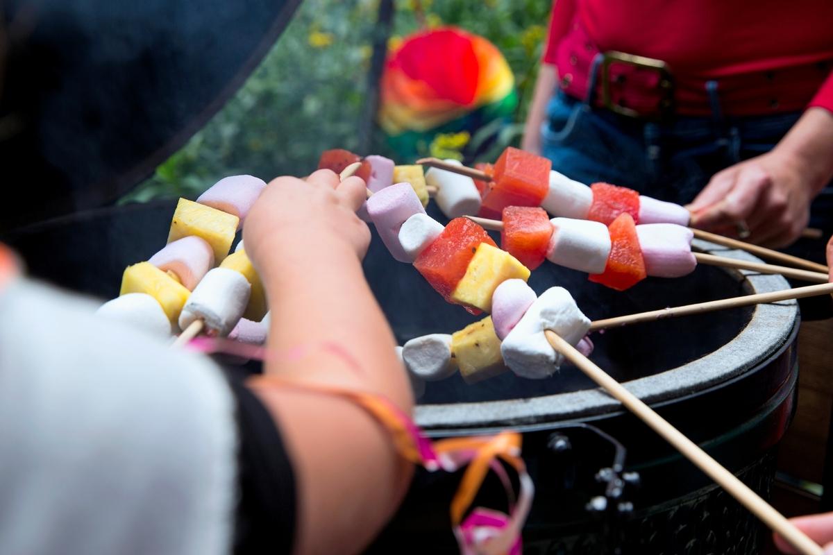 Naschspieß mit Marshmallow und Früchten