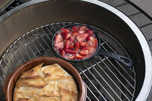 Filo-Kuchen mit getrockneten Preiselbeeren, Kürbiskernen, Honig und gebratenen Erdbeeren