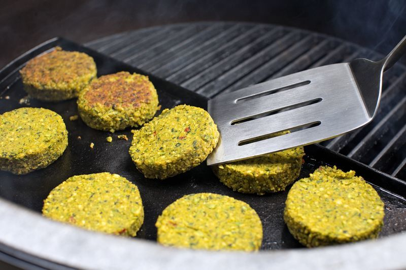 Burger auf der halben Grillplatte