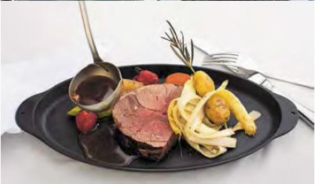 Milchlammkeule mit Spargellamellen und Kartoffel-Rosmarin-Spießen