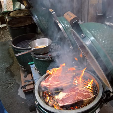 Big Green Egg Grillkurs Steaktasting Bone-in Rib-Eye und Porterhouse werden gegrillt