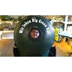 Michael Zwingel schaut durch ein Big Green Egg