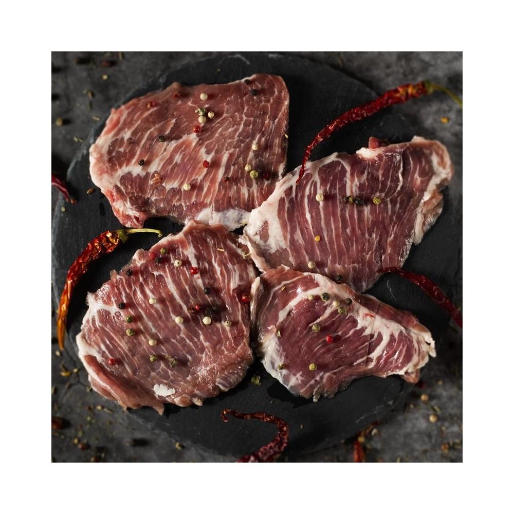 Iberico Secreto Steak auf Schieferplatte mit Chilies