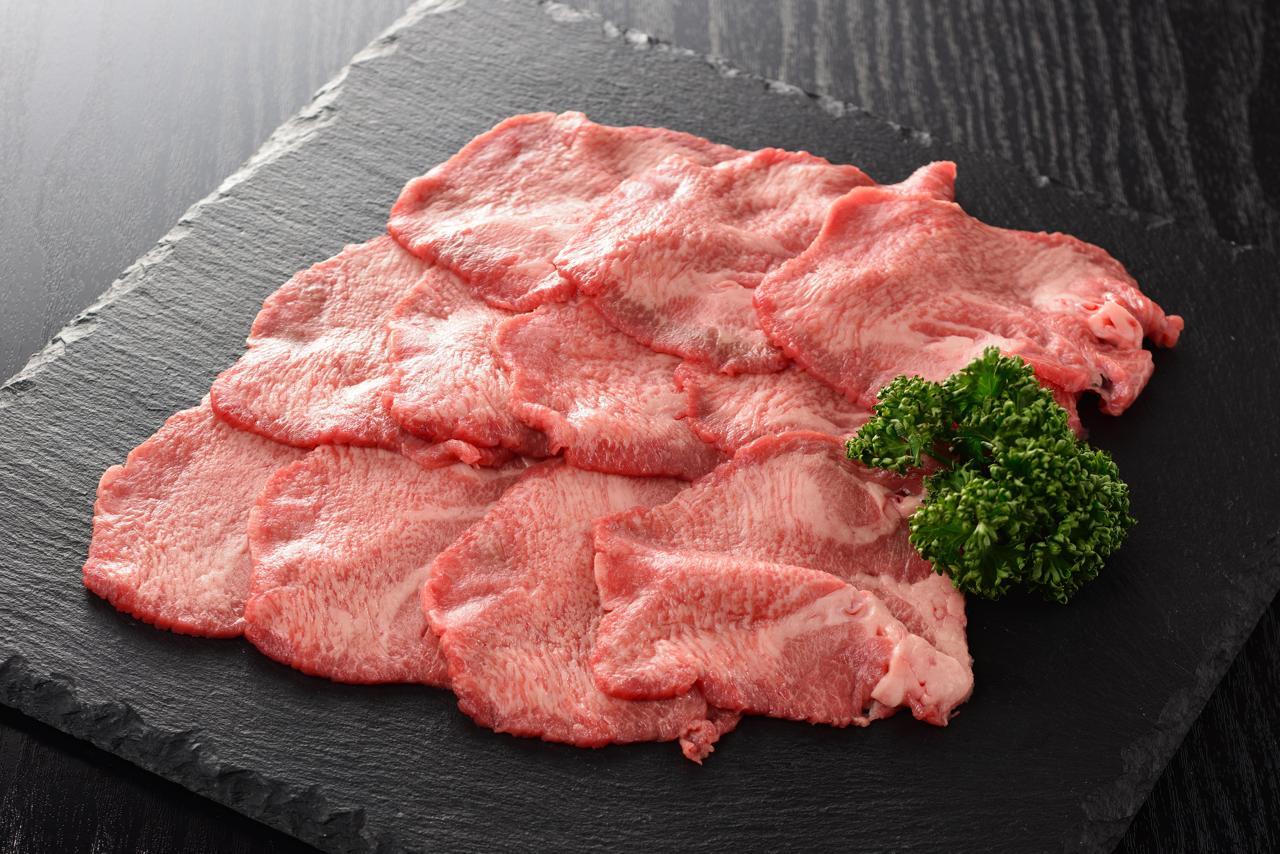 Wagyu Rinderzunge dünn aufgeschnitten auf Schieferplatte