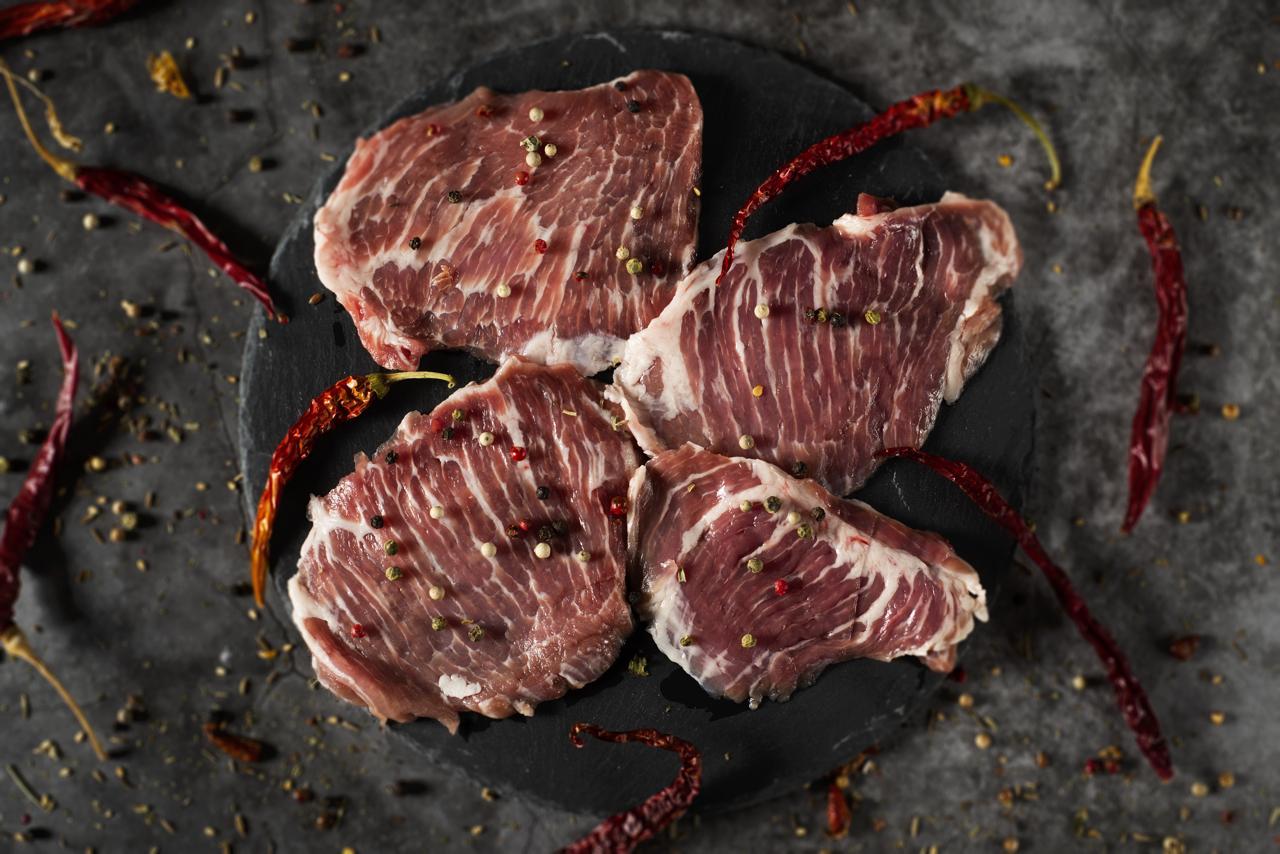 Iberico Secreto Steak auf Schieferplatte mit Meersalz, Kräutern und Gewürze