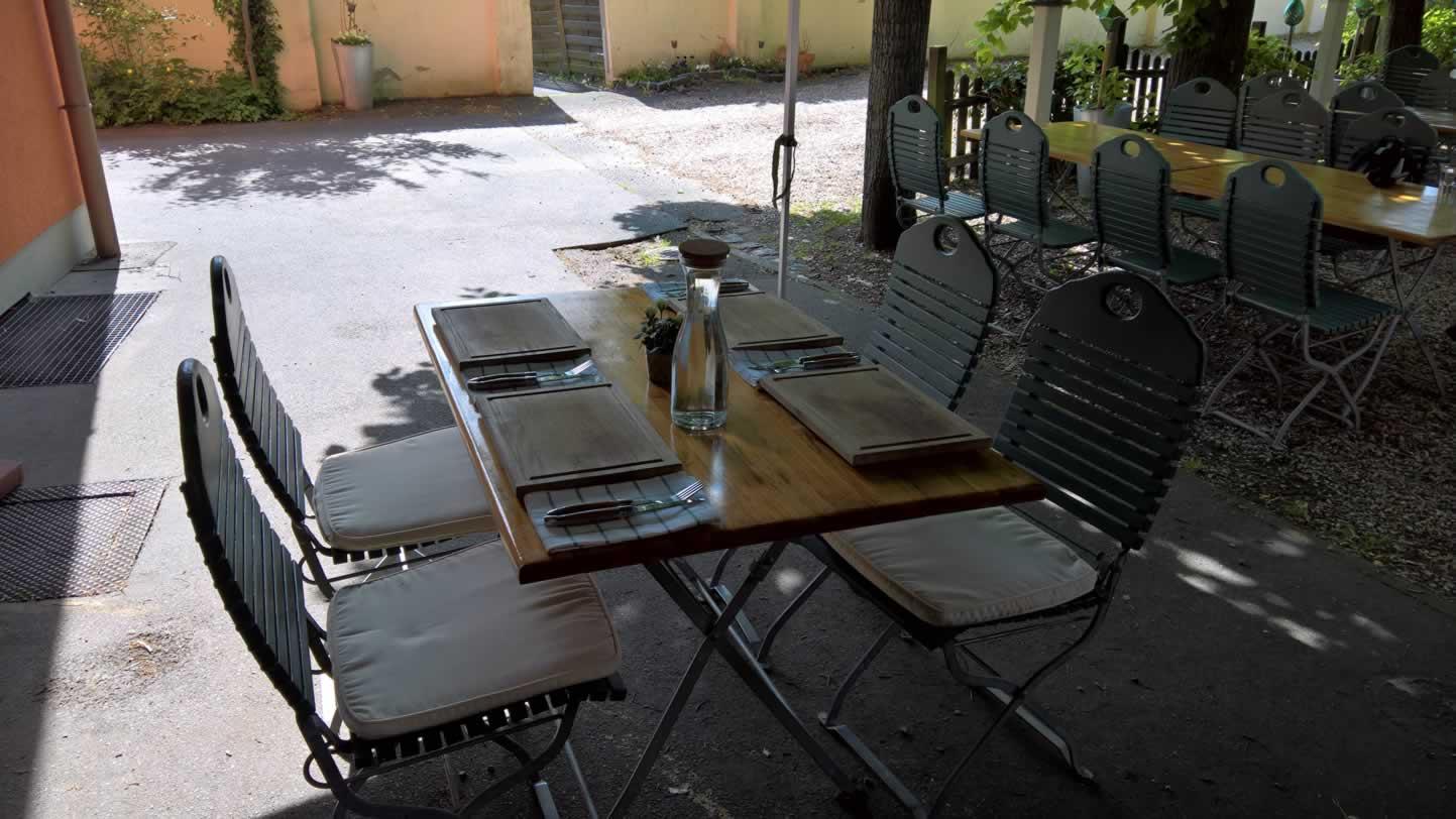 Tisch zum Essen ist vorbereitet