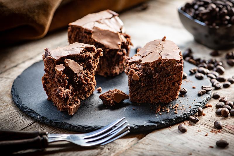 Brownies mit Kaffebohnen auf Schieferplatte