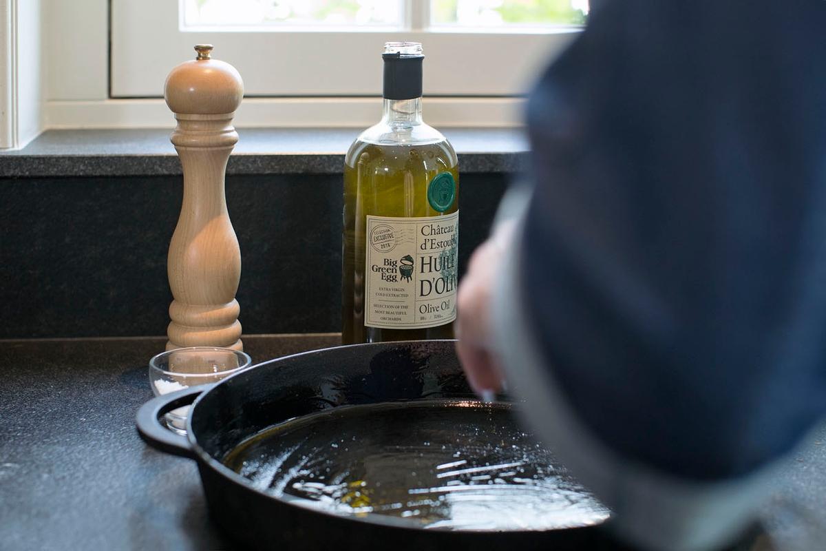 Gusseisenpfann mit Olivenöl bestreichen