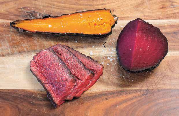 Gegrilltes Rind mit sanft gedünsteten Möhren und Rüben aus Bio-Anbau