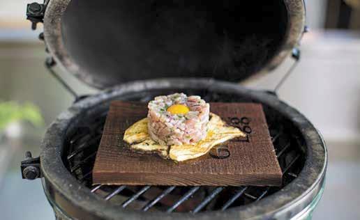 Geräuchertes Thunfischtatar auf gegrillten Austernpilzen