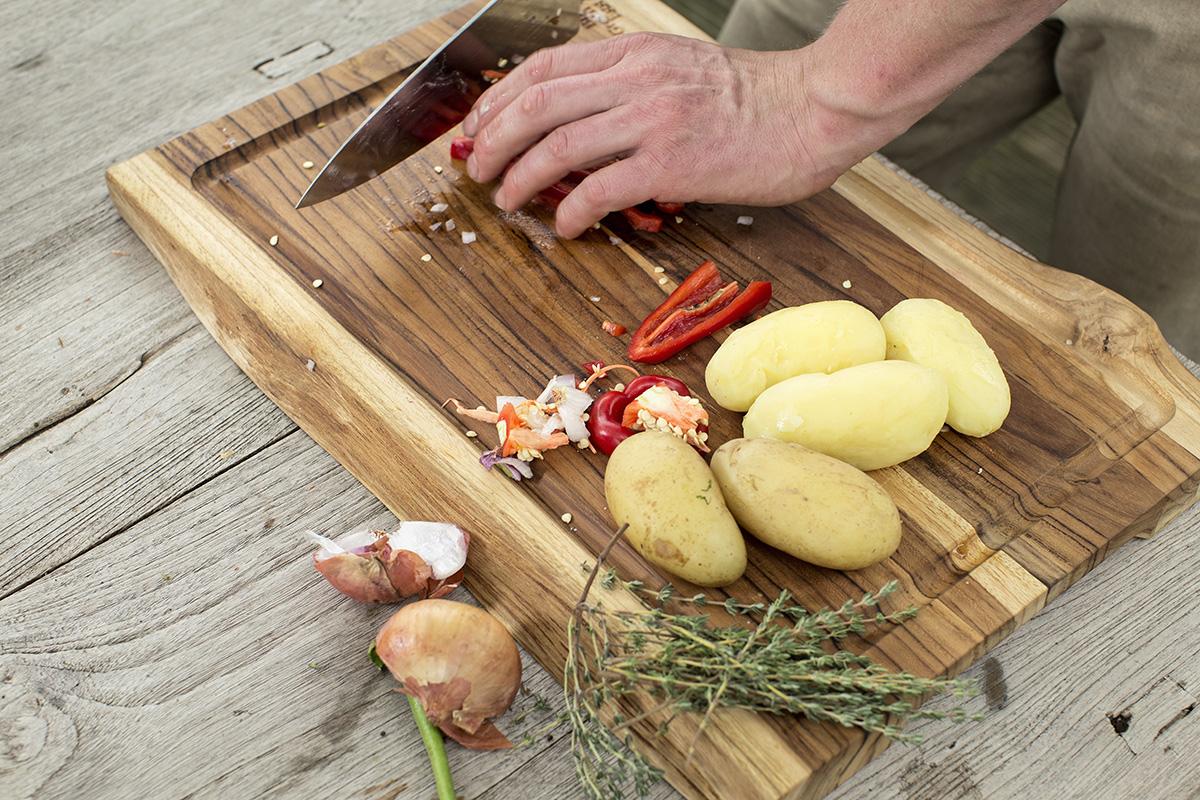 Kartoffeln und Paprika werden geschnitten