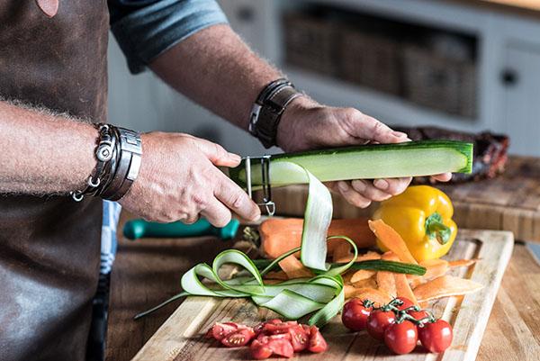 Gemüse für Brötchen vorbereiten