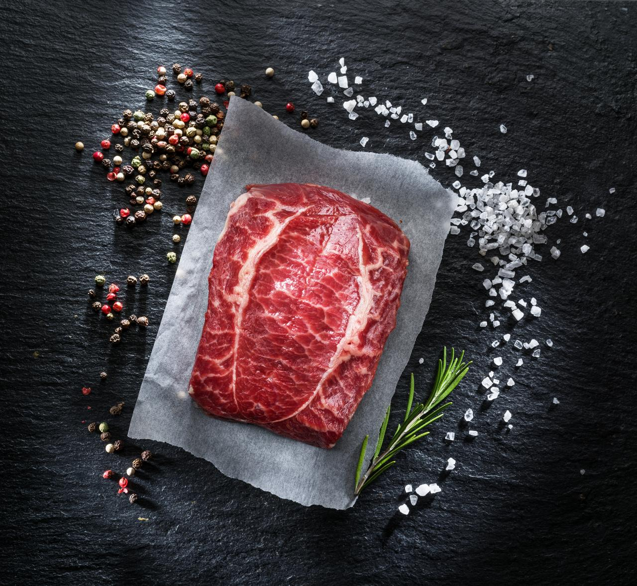 Flat Iron Steak auf Schieferplatte mit Meersalz und Pfeffer