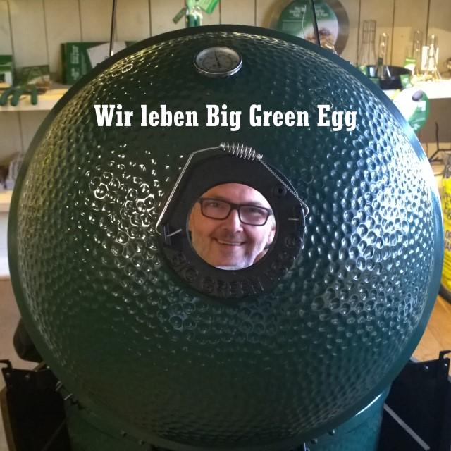 Michael Zwingel schaut durch die obere Öffnung des Big Green Egg