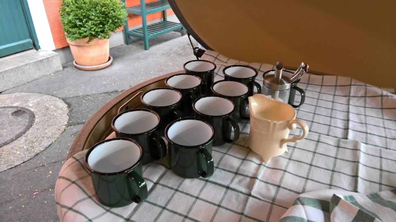 Die Kaffeebecher stehen bereit