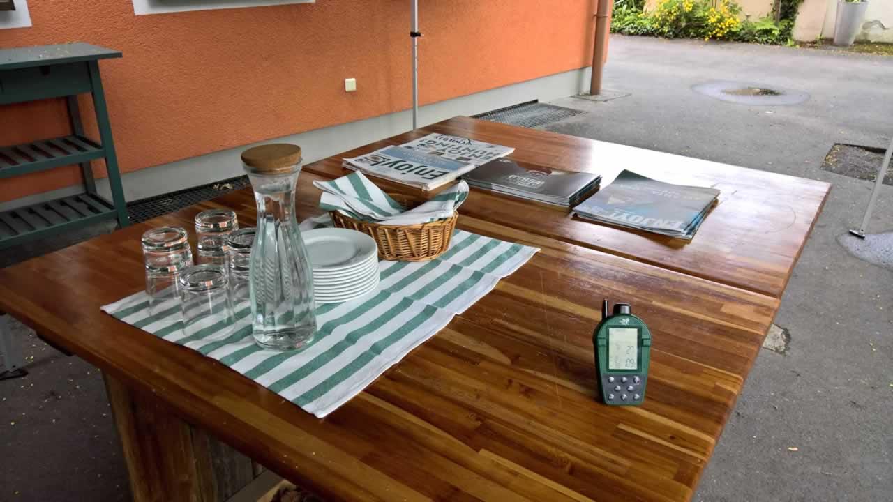 Tisch mit Getränken und Prospekten
