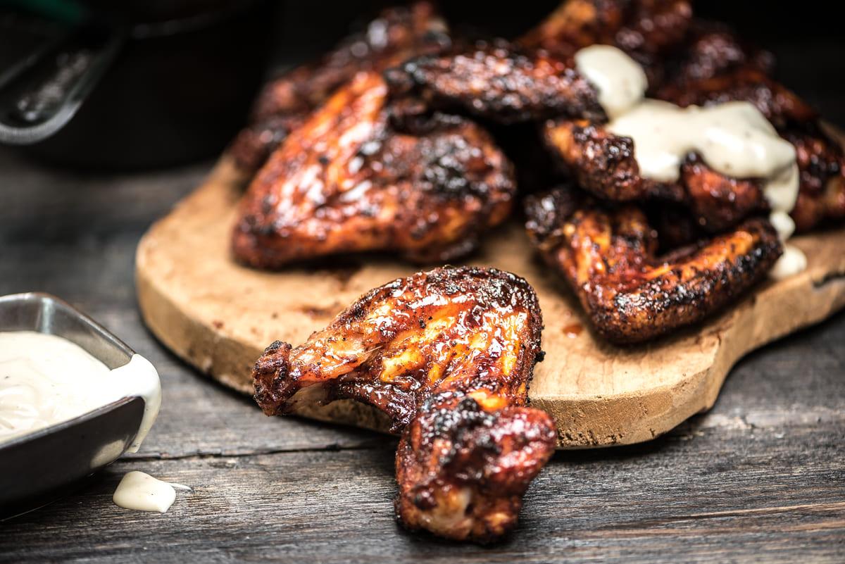 Chicken Wings liegen auf einem Brett