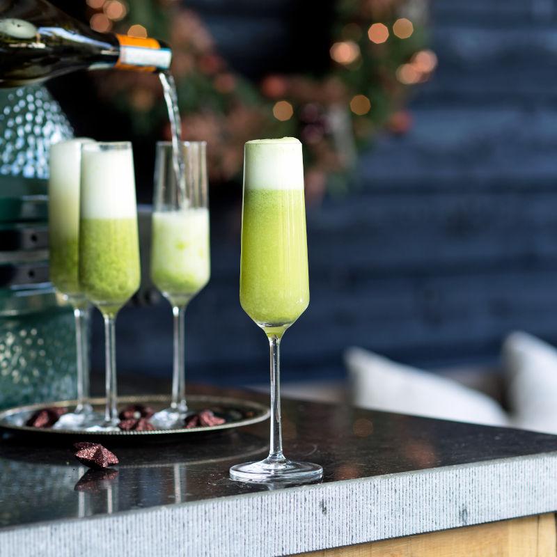 Champagner in Gläsern mit Gewürzkumquats