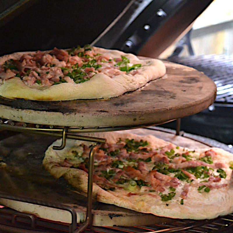 Flammkuchen auf 2 Ebenen auf dem EGGspander im Big Green Egg Large