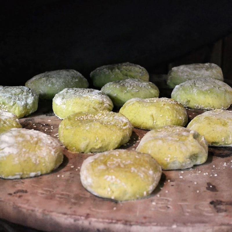 Hamburger Buns mit Spinat auf dem Backstein im Big Green Egg XLarge